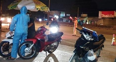 Trắng đêm giám sát y tế người về từ TP Hồ Chí Minh