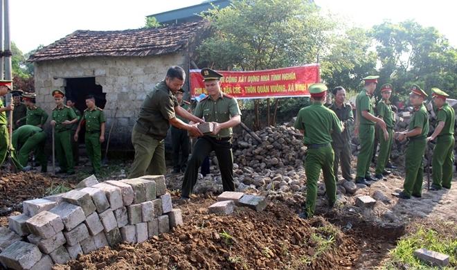 Công an thị xã Đông Triều xây nhà tình nghĩa cho hộ nghèo