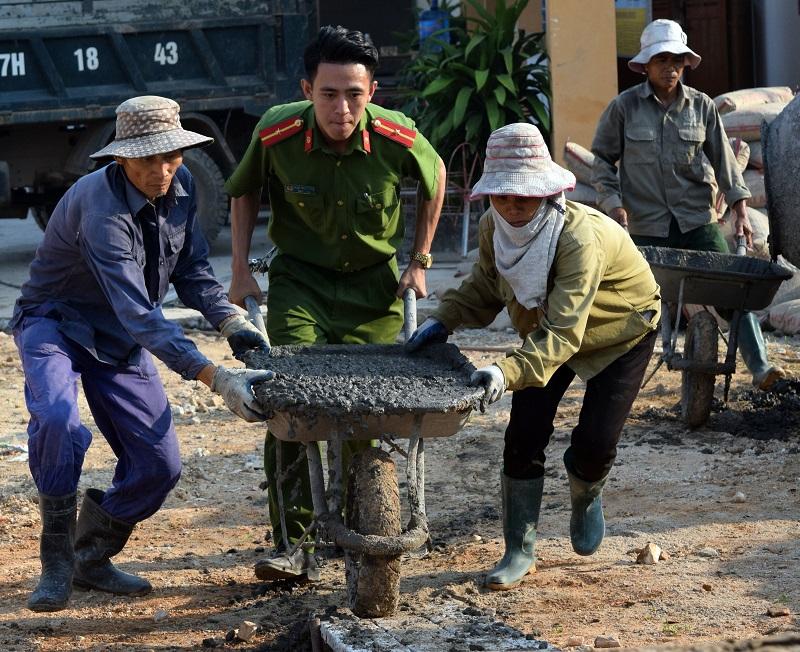 Công an Đông Triều hỗ trợ 90 triệu và ngày công xây dựng nông thôn kiểu mẫu
