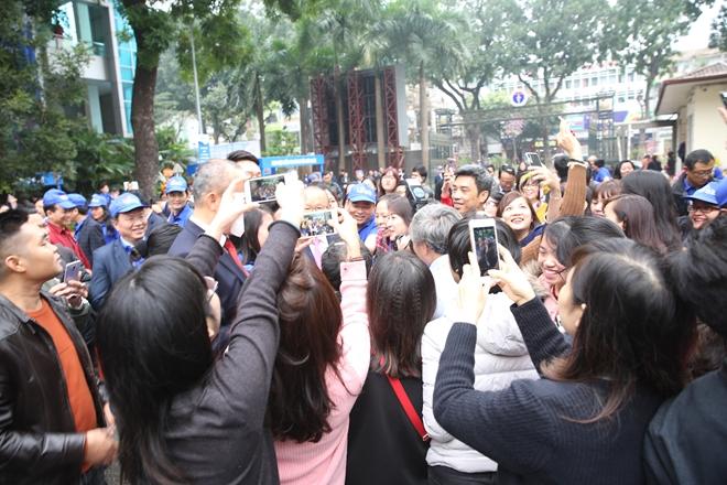 Người hâm mộ vây quanh chụp ảnh với ông Park