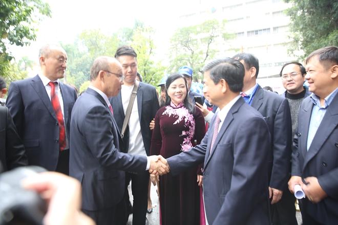 Các đại biểu bắt tay ông Park