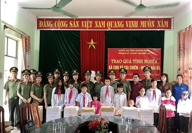 Công an Quảng Ninh tặng quà cho học sinh nghèo xã đảo Cái Chiên