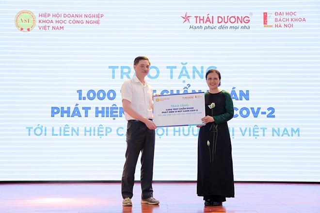 Để hỗ trợ các quốc gia phòng chống dịch, Công ty Cổ phần Sao Thái Dương đã trao 1.000 bộ kit trị giá 42.000 USD cho Hội Liên hiệp các tổ chức hữu nghị Việt Nam