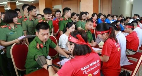 """Hàng trăm CBCS Công an hiến máu trong ngày hội """"Giọt hồng miền non nước"""""""
