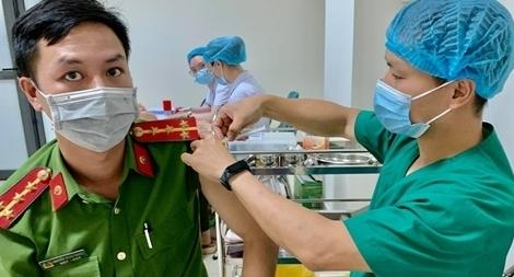 Triển khai tiêm 1.060 liều vaccine COVID-19 đợt 2 cho cán bộ chiến sĩ tuyến đầu