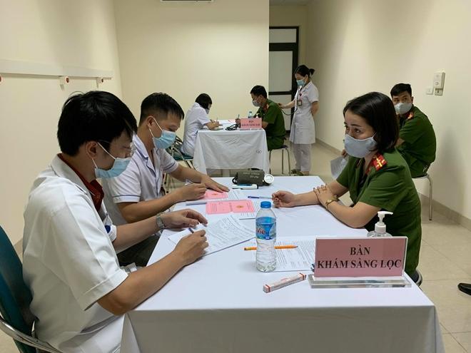 Triển khai tiêm 1.060 liều vaccine COVID-19 đợt 2 cho cán bộ chiến sĩ tuyến đầu - Ảnh minh hoạ 2