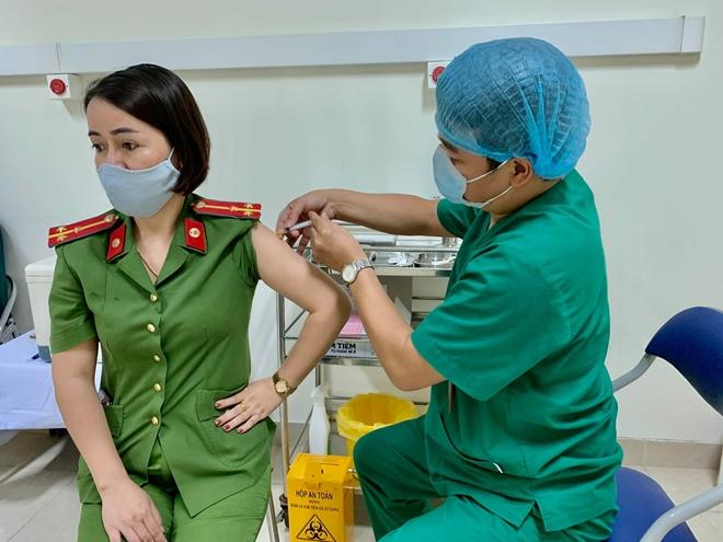 Triển khai tiêm 1.060 liều vaccine COVID-19 đợt 2 cho cán bộ chiến sĩ tuyến đầu - Ảnh minh hoạ 4