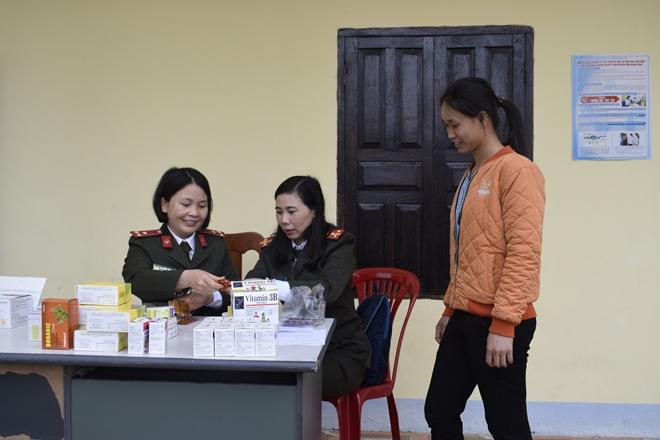 Tặng quà cho hộ nghèo, học sinh khó khăn ở biên cương Pò Hèn (Quảng Ninh)