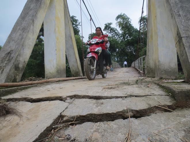 Nhiều vị trí ở cây cầu treo thôn Lèn bị nứt toác