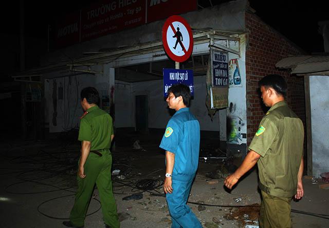 Trắng đêm bảo vệ an toàn cho dân tại khu vực sạt lở tỉnh An Giang1