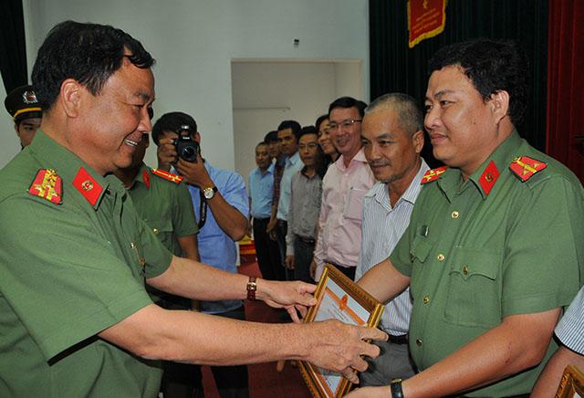 Công an TP Cần Thơ tặng giấy khen cho phóng viên báo CAND