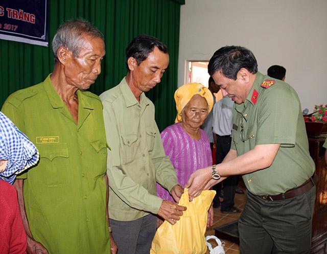 Thăm khám, cấp phát thuốc miễn phí, tặng quà cho bà con nghèo vùng sâu