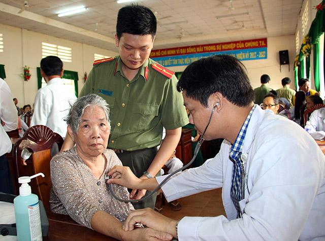 Thăm khám, cấp phát thuốc miễn phí, tặng quà cho bà con nghèo vùng sâu - Ảnh minh hoạ 3