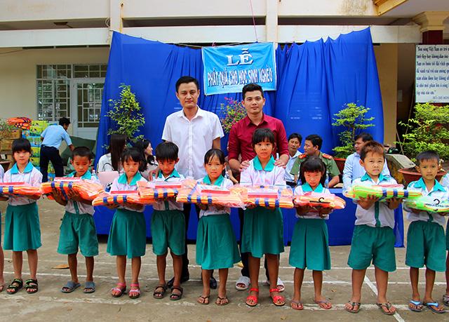 Báo CAND tặng áo phao, tập cho học sinh vùng lũ - Ảnh minh hoạ 3
