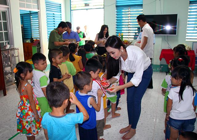 Báo CAND tặng áo phao, tập cho học sinh vùng lũ - Ảnh minh hoạ 9