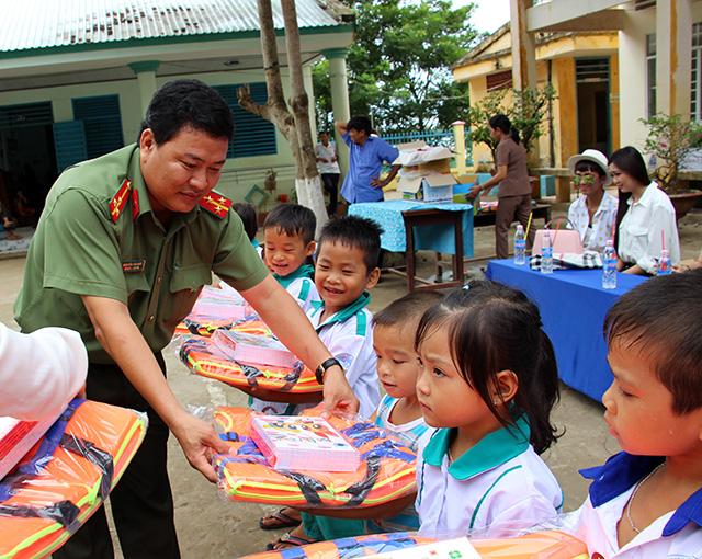 Báo CAND tặng áo phao, tập cho học sinh vùng lũ - Ảnh minh hoạ 4