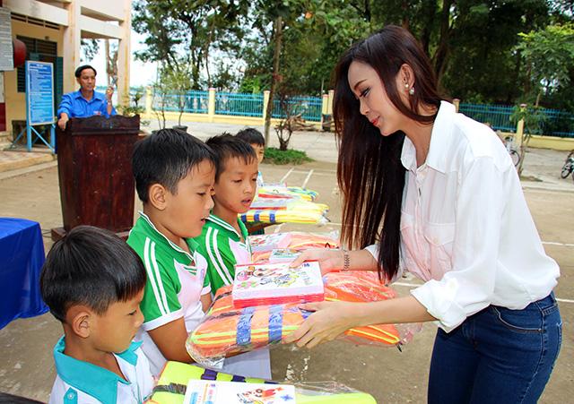 Báo CAND tặng áo phao, tập cho học sinh vùng lũ