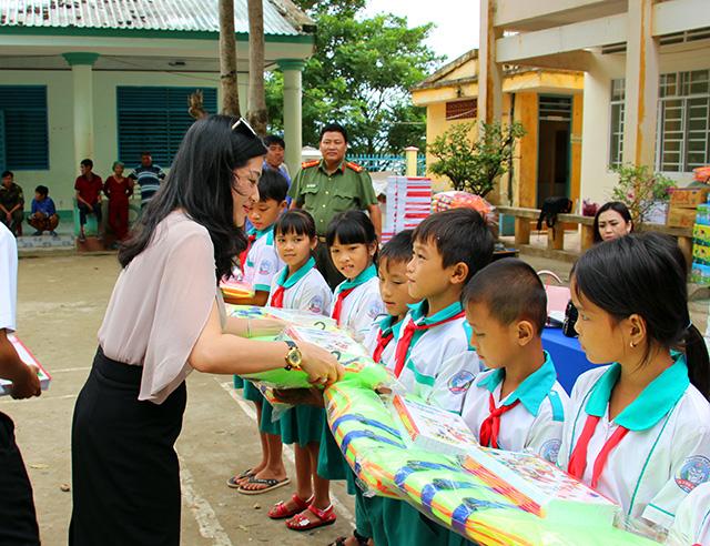 Báo CAND tặng áo phao, tập cho học sinh vùng lũ - Ảnh minh hoạ 2