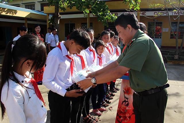 Báo CAND tặng quà cho học sinh nghèo ngày khai giảng