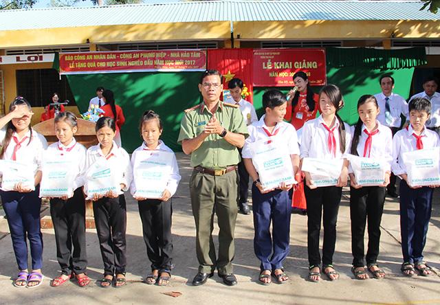 Báo CAND tặng quà cho học sinh nghèo ngày khai giảng - Ảnh minh hoạ 2