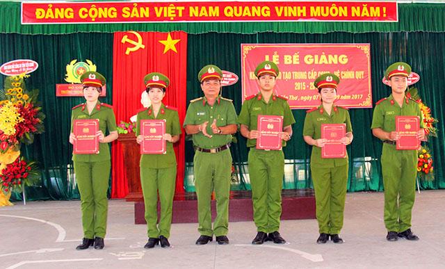 Trường Trung cấp CSND III bế giảng khóa đào tạo K9