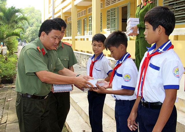 Báo CAND trao tặng 4.000 tập cho học sinh vùng sâu - Ảnh minh hoạ 2