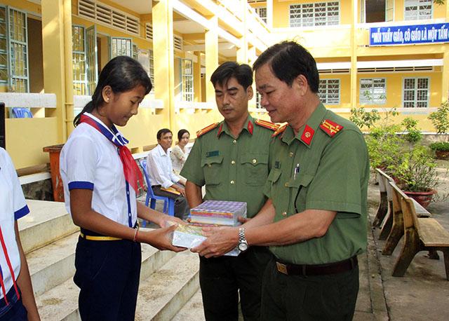 Báo CAND trao tặng 4.000 tập cho học sinh vùng sâu