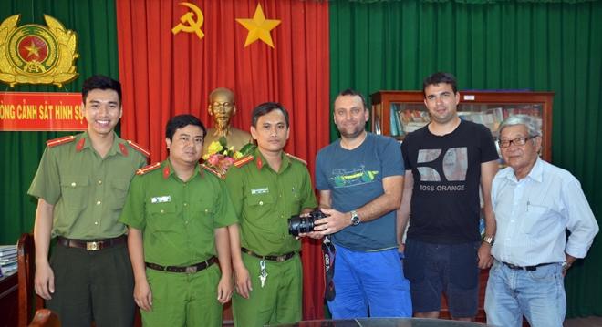 Công an tỉnh Bến Tre bàn giao tài sản bị trộm cho du khách nước ngoài