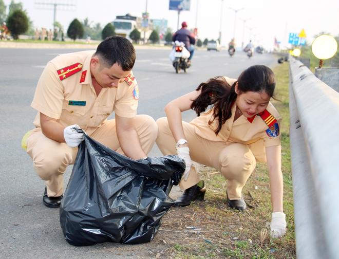 Công an TP Cần Thơ ra quân dọn dẹp vệ sinh cảnh quan môi trường - Ảnh minh hoạ 14