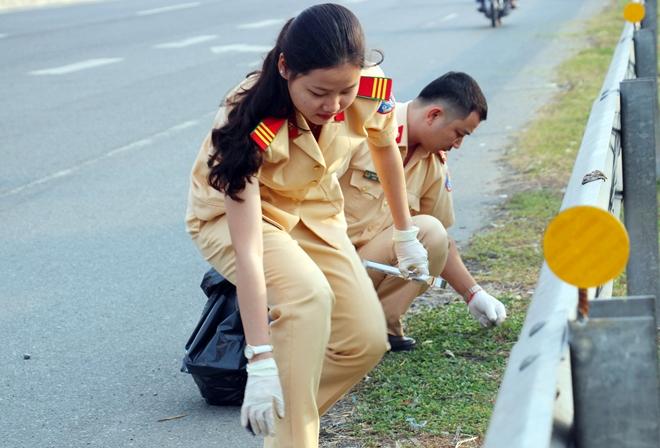 Công an TP Cần Thơ ra quân dọn dẹp vệ sinh cảnh quan môi trường - Ảnh minh hoạ 3
