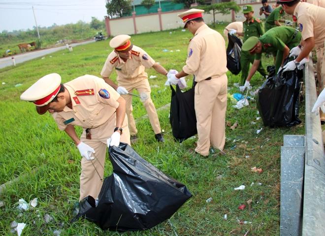 Công an TP Cần Thơ ra quân dọn dẹp vệ sinh cảnh quan môi trường - Ảnh minh hoạ 12