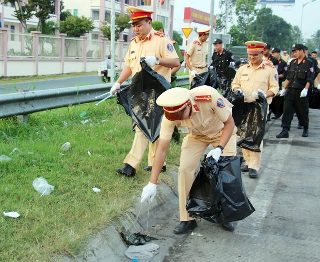 Công an TP Cần Thơ ra quân dọn dẹp vệ sinh cảnh quan môi trường - Ảnh minh hoạ 8
