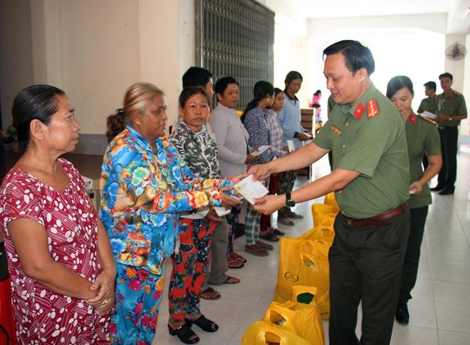 Công an TP Cần Thơ thăm, tặng quà cho bà con dân tộc Khmer - Ảnh minh hoạ 3