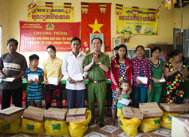 Công an TP Cần Thơ thăm, tặng quà cho bà con dân tộc Khmer - Ảnh minh hoạ 2