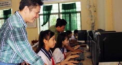 Báo CAND trao tặng máy vi tính cho học sinh vùng nông thôn