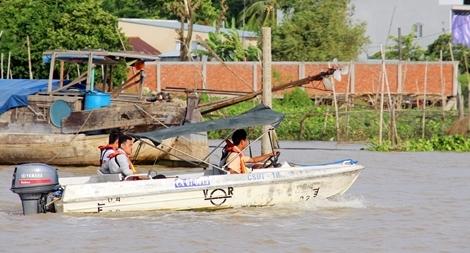 Tìm kiếm Đại uý Công an mất tích khi đoàn liên ngành gặp nạn trên sông Hậu