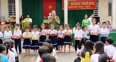 Báo CAND cùng Công an tỉnh Hậu Giang tặng tập cho học sinh vùng sâu