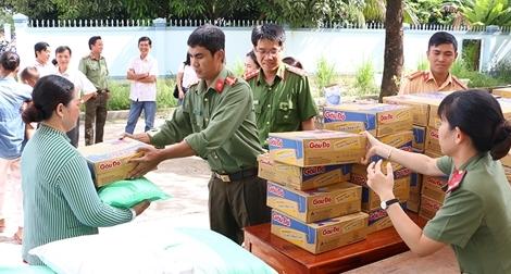 Tặng 400 phần quà cho bà con nghèo vùng lũ biên giới An Giang