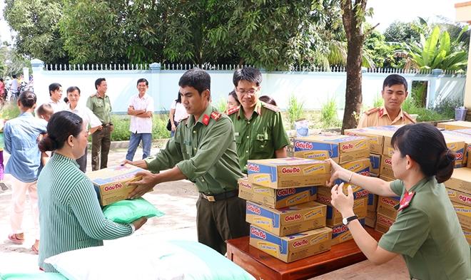 Tặng 400 phần quà cho bà con nghèo vùng lũ biên giới An Giang - Ảnh minh hoạ 2
