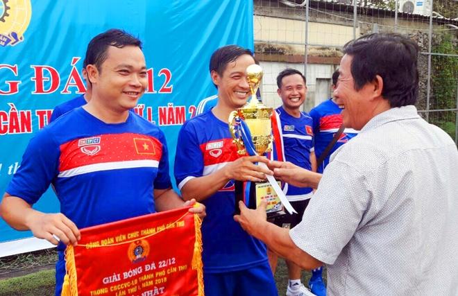 Ban tổ chức trao cúp vô địch cho Đội bóng PTTH TP Cần Thơ.