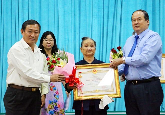 Lãnh đạo tỉnh An Giang trao tặng các danh hiệu vinh dự Nhà nước cho các trường hợp có thành tích trong kháng chiến.