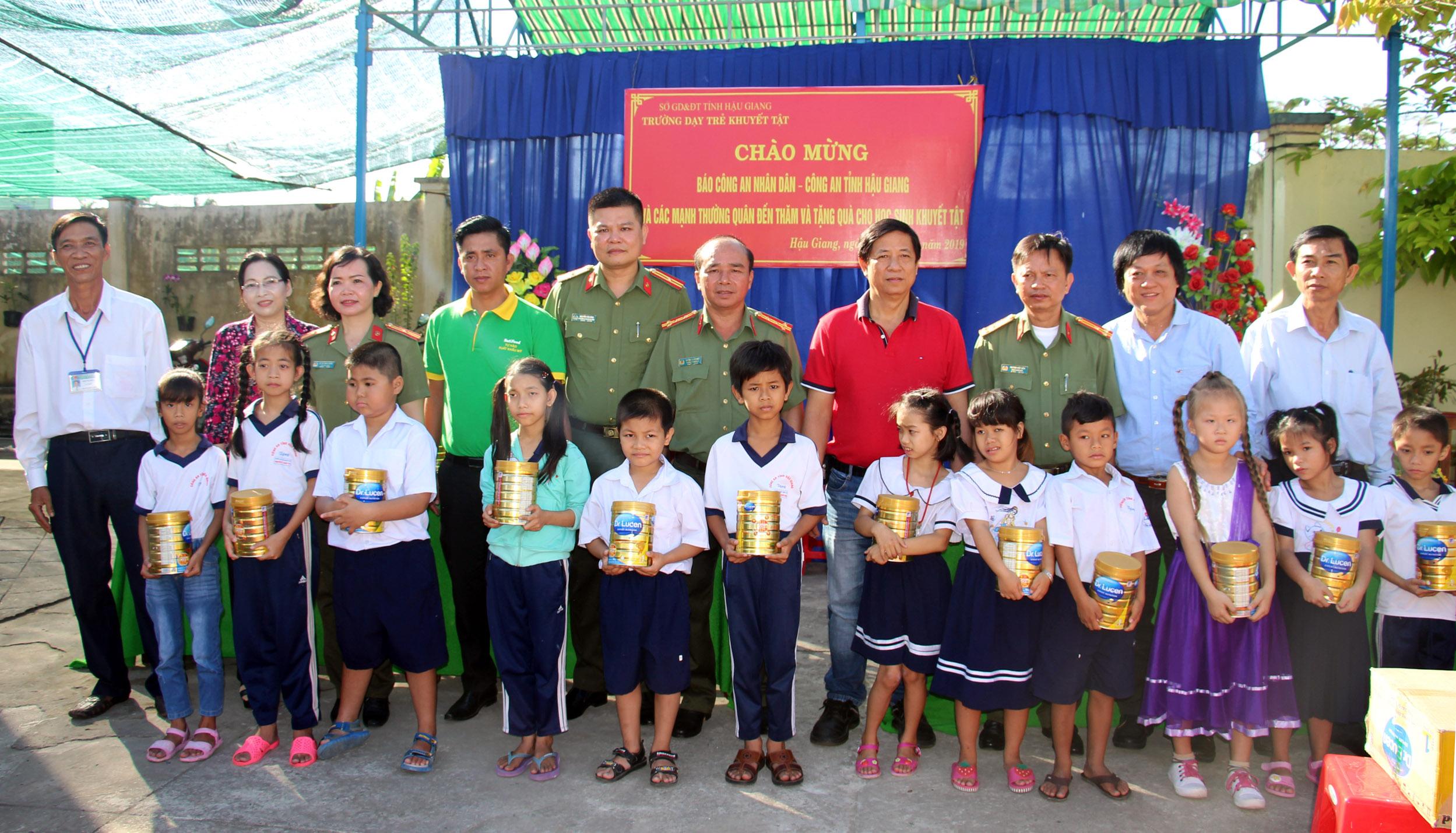 Báo CAND và NutiFood tặng sữa cho học sinh khuyết tật và học sinh vùng khó khăn