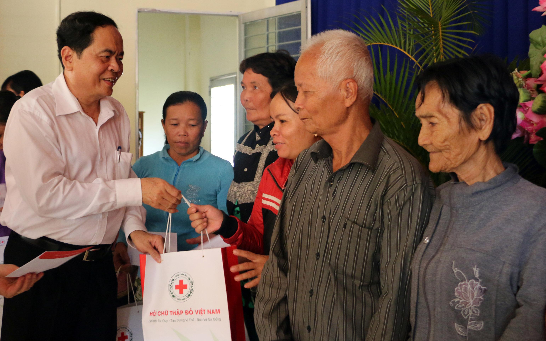 Chủ tịch Ủy ban Trung ương MTTQ Việt Nam thăm và tặng quà Tết tại An Giang