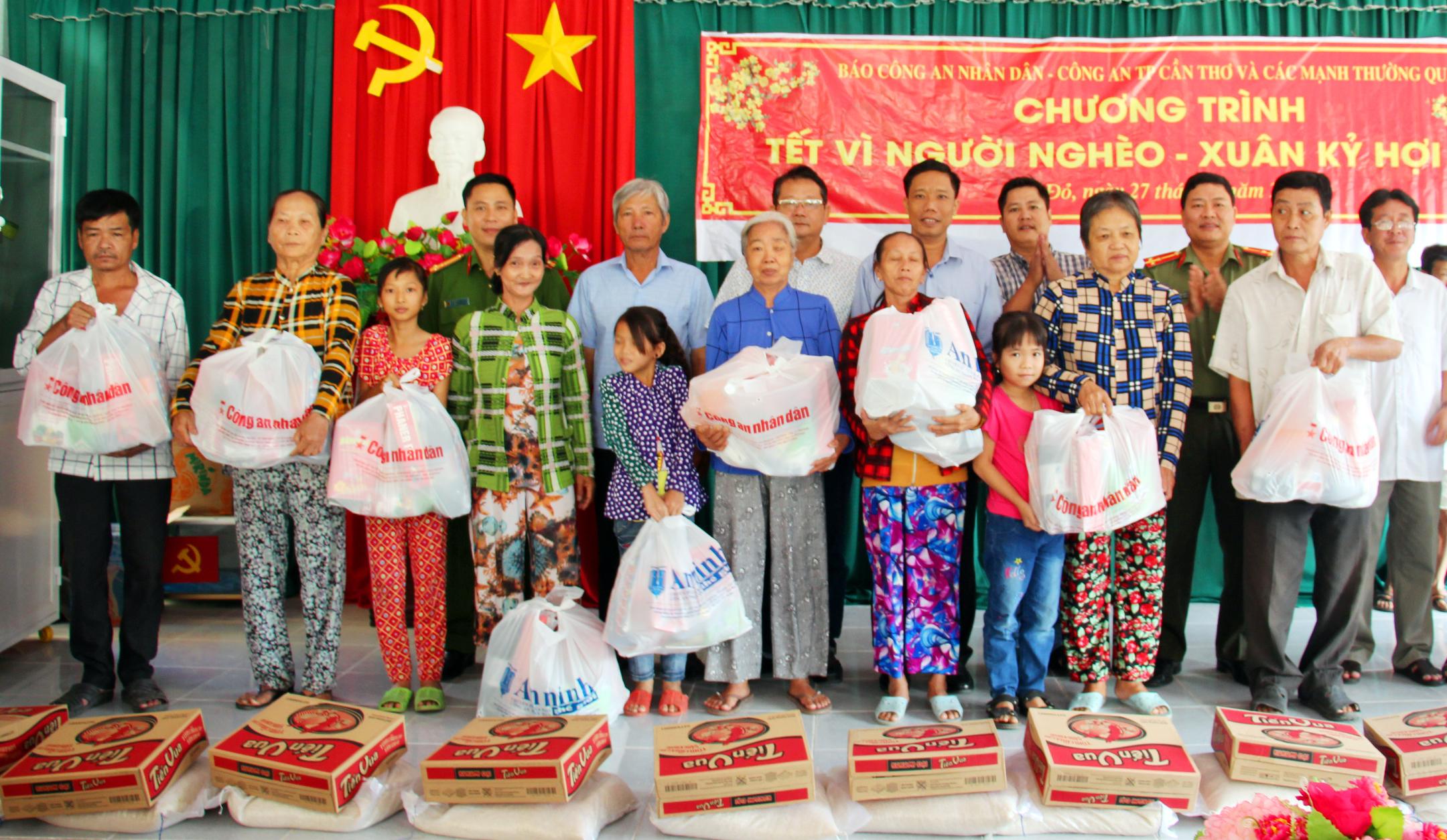 """""""Tết vì người nghèo"""" mang sắc Xuân về huyện nông thôn Cờ Đỏ"""