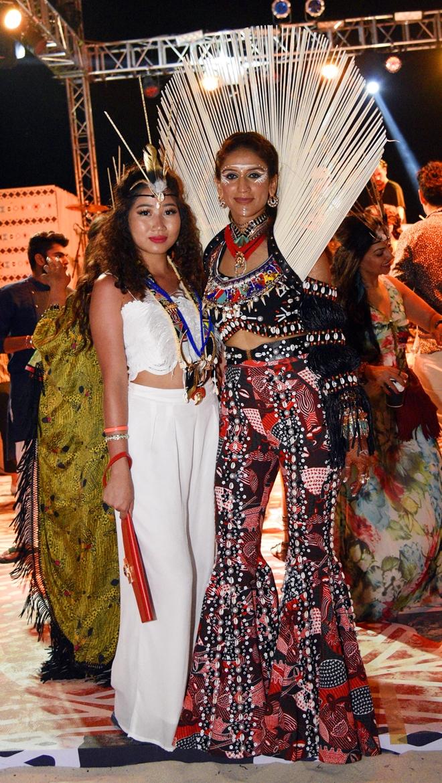Cô dâu Kaabia Grewal và người bạn Việt Nam của mình.