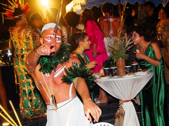 Các khách mời tham gia nhảy múa, chúc phúc cho đôi uyên ương.
