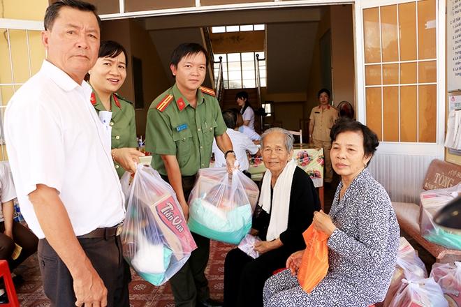 Thăm khám, cấp thuốc miễn phí và tặng quà cho 500 người dân khó khăn - Ảnh minh hoạ 5