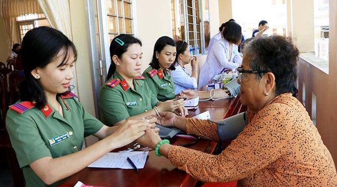 Thăm khám, cấp thuốc miễn phí và tặng quà cho 500 người dân khó khăn