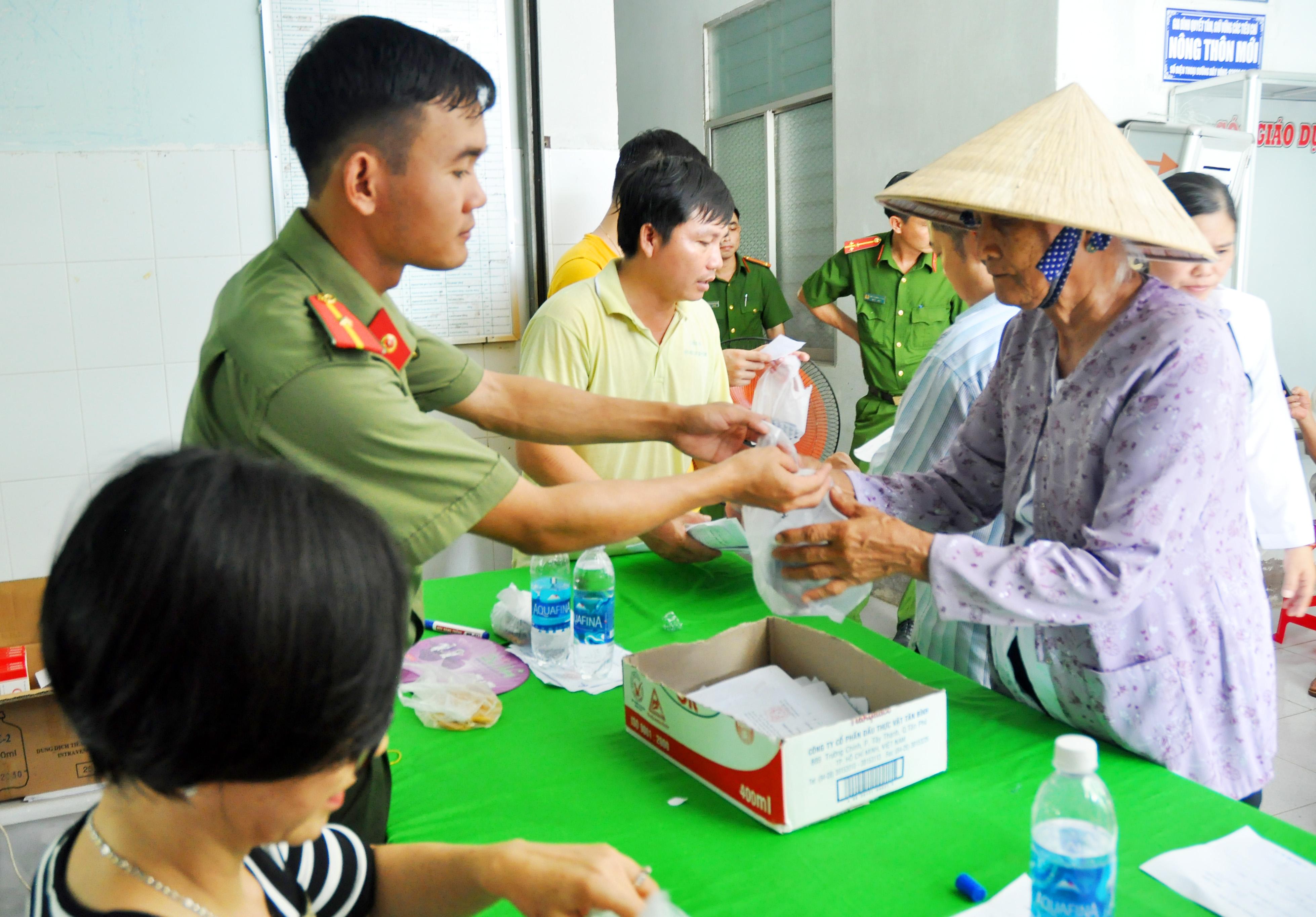 Thăm khám, phát thuốc cho người dân vùng nông thôn