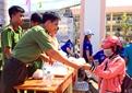 Tuổi trẻ Công an Sóc Trăng, Bạc Liêu phát nước, cơm miễn phí cho sĩ tử